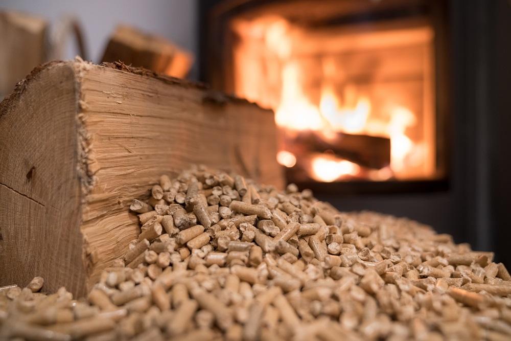 Producent pelletu drzewnego – na co zwracać uwagę podczas jego wyboru?